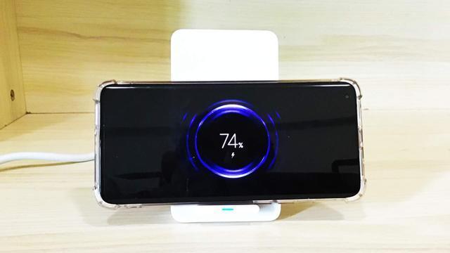 当无线充与插座相结合,桌面充电需求一次搞定
