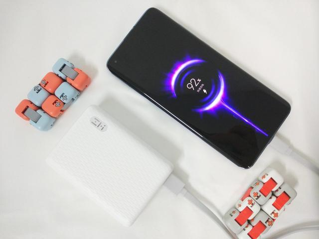 紫米移动电源:支持双向快充,三台设备同时充也不在话下