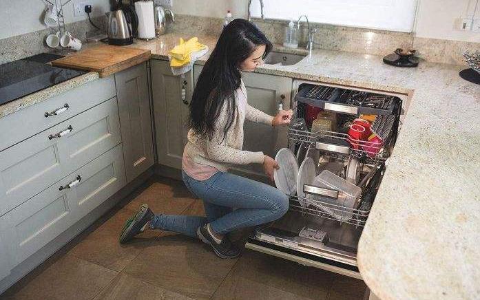 女孩想买洗碗机,男友却说没有家的感觉,说她不贤惠,该怎么办?