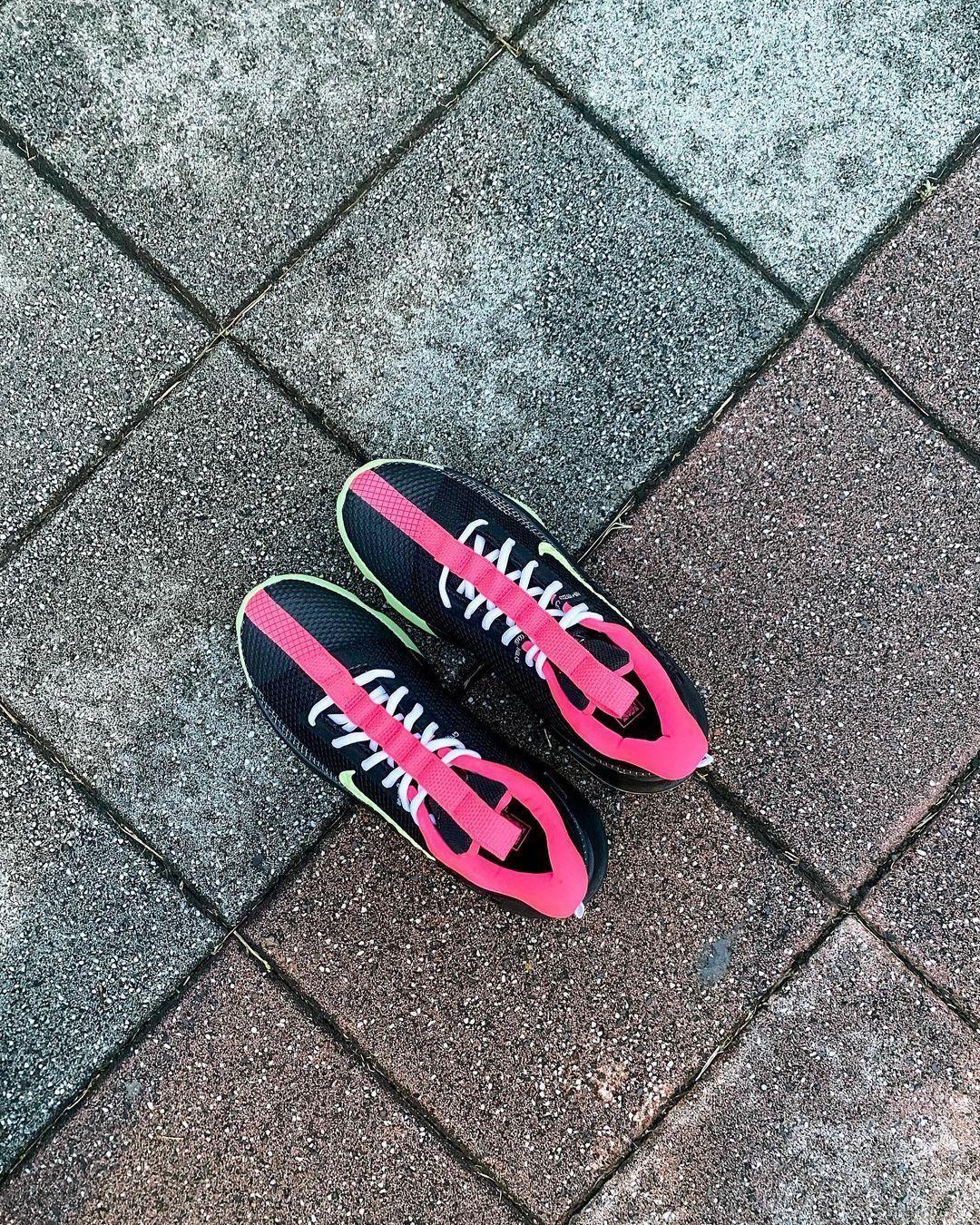 再现经典配色风格,实拍展示黑/微黄绿/透明粉色Nike Ambassador XIII